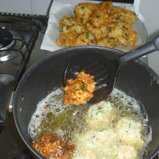 fritando bolinho arroz